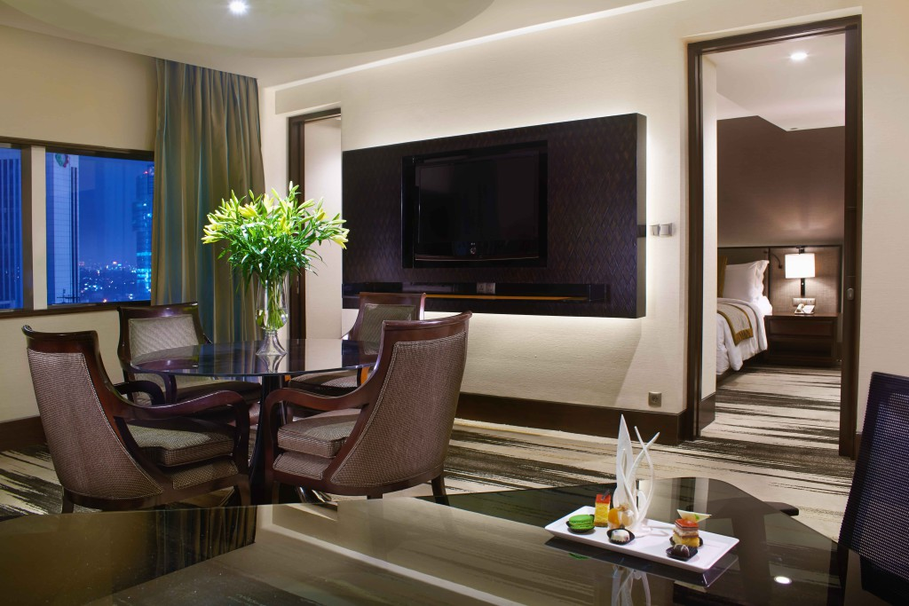 Deluxe-Suite_Living-Room_a